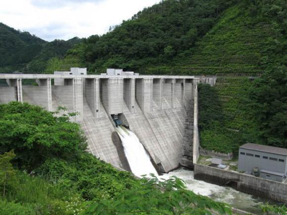 苫田ダム全景