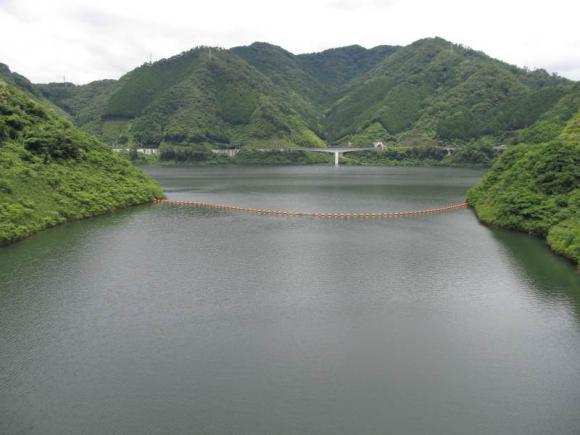 ダム上からの奥津湖