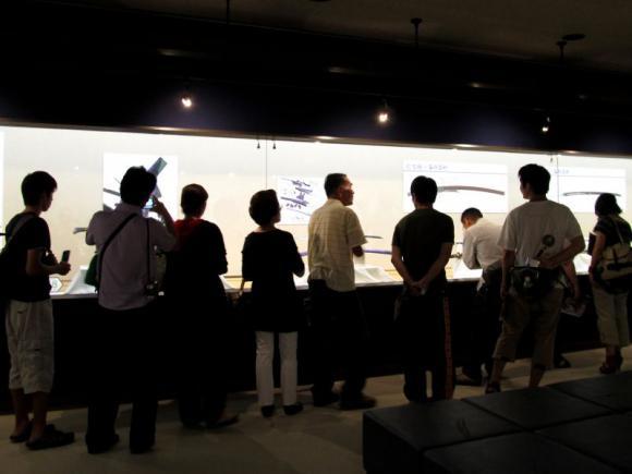 二階展示室で作品に見入る人々