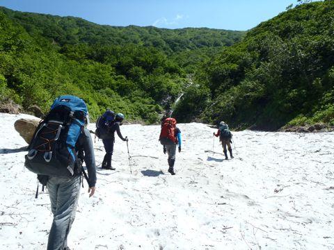 雪渓の上を歩く2