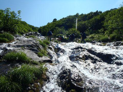 滑滝を登る2