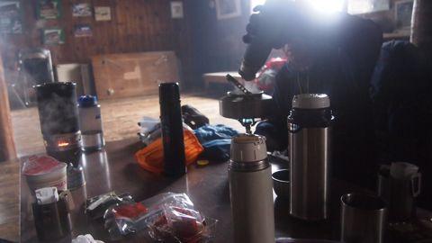 小屋の中でお茶する