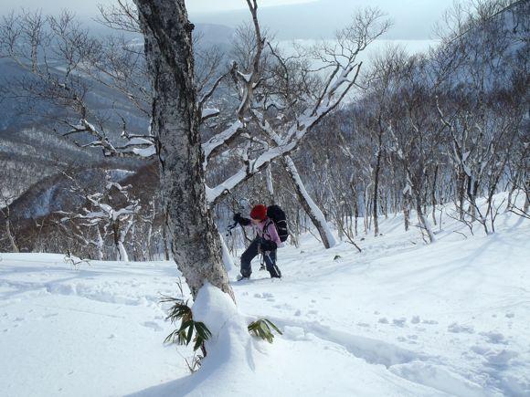 支笏湖をバックに登る