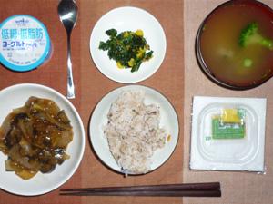 胚芽押麦入り五穀米,納豆,茄子と長ネギ炒め物,ほうれん草のソテ,ブロッコリーのおみそ汁,ヨーグルト