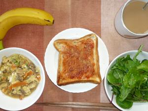 イチゴジャムトースト,ベビーリーフサラダ,蒸し野菜の卵とじ,バナナ,コーヒー