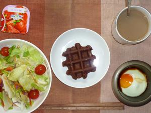 ワッフル,サラダ,目玉焼き,ヨーグルト,コーヒー