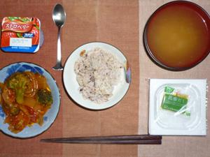 胚芽押麦入り五穀米,納豆,玉ねぎとブロッコリーのトマト炒め,ワカメのおみそ汁,ヨーグルト