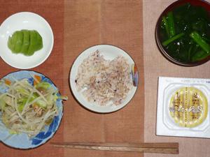 胚芽押麦入り五穀米,納豆,蒸し野菜炒め,ほうれん草のおみそ汁,キウイフルーツ