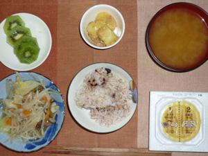 胚芽押麦入り五穀米,納豆,蒸し野菜の塩麹炒め,ジャーマンポテト,ワカメのおみそ汁,キウイフ