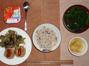 胚芽押麦入り五穀米,プチバーグ×2,茄子と玉ねぎの炒め物,ジャーマンポテト,ほうれん草のおみそ汁,ヨーグルト
