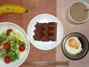 チョコバウムクーヘン,サラダ,目玉焼き,バナナ,コーヒー