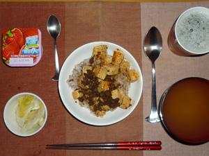 麻婆豆腐丼,白菜の漬物,野菜ジュース,ワカメのおみそ汁,ヨーグルト