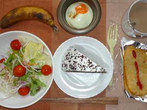 チョコレートケーキ,サラダ,目玉焼き,ハッシュドポテト,バナナ,コーヒー