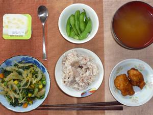 胚芽押麦入り五穀米,鶏肉の唐揚げ,ほうれん草と玉ねぎの炒め物,枝豆,ワカメのみそ汁,ヨーグルト