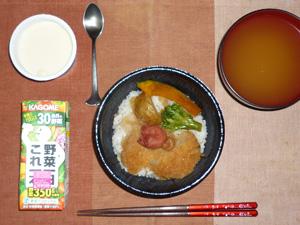 トンカツ丼,野菜ジュース,ワカメのみそ汁,ミルクプリン