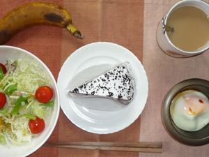 チョコレートケーキ,目玉焼き,サラダ,バナナ,コーヒー