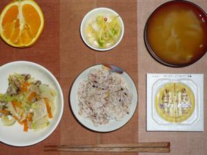 胚芽押麦入り五穀米,納豆,蒸し野菜,白菜の漬物,玉ねぎのおみそ汁,オレンジ