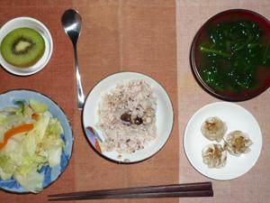 胚芽押麦入り五穀米,キャベツの蒸し煮,シューマイ,ほうれん草のおみそ汁,キウイフルーツ