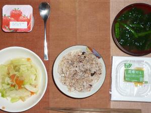 胚芽押麦入り五穀米,納豆,キャベツの蒸し煮鶏ガラスープ仕立て,ほうれん草のおみそ汁,ヨーグルト