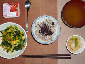 胚芽押麦入り五穀米,紫蘇ふりかけ,ほうれん草とミックスベジタブル入りいり卵,白菜の漬物,ワカメのおみそ汁,ヨーグルト