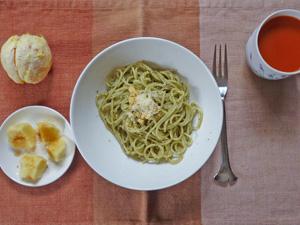 スパゲティ・バジルソース,蒸しジャガ,野菜ジュース,オレンジ