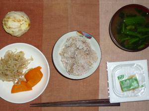 胚芽押麦入り五穀米,納豆,蒸し人参,もやしの白胡麻ソテー,ほうれん草とワカメのおみそ汁,オレンジ