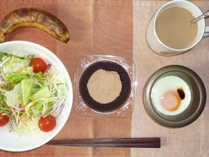チョコレートロールケーキ,目玉焼き,サラダ,バナナ,コーヒー