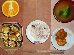 胚芽押麦入り五穀米,鶏の唐揚げ,焼き茄子,ブロッコリーのおみそ汁,オレンジ