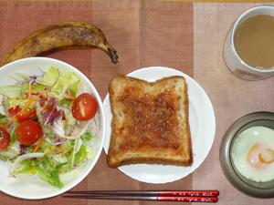 イチゴジャムトースト,サラダ,目玉焼き,コーヒー,バナナ