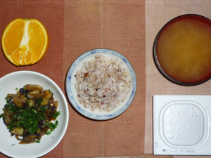 胚芽押麦入り五穀米,納豆,茄子と玉ねぎの甘味噌炒め,ワカメのおみそ汁,オレンジ