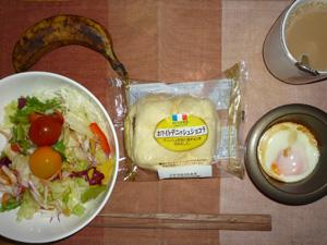 ホワイトデニッシュ,サラダ,目玉焼き,バナナ,コーヒー