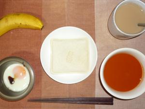 ランチパック・ピーナッツ,目玉焼き,野菜スープ,バナナ,コーヒー