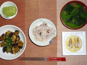 胚芽押麦入り五穀米,納豆,茄子とひき肉の甘辛味噌炒め,ほうれん草のおみそ汁,キウイフルーツ