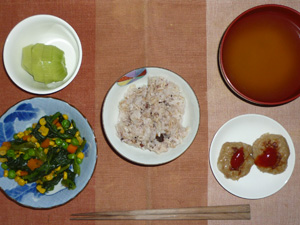 胚芽押麦入り五穀米,プチバーグ×2,ほうれん草のソテー,ワカメのおみそ汁,キウイフルーツ