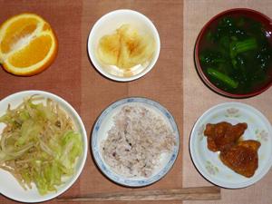 胚芽押麦入り五穀米,キャベツともやしの肉炒め,鶏の唐揚げ大根おろしソース,蒸しジャガ,ほうれん草のおみそ汁,オレンジ