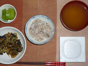胚芽押麦入り五穀米,納豆,茄子と玉ねぎの肉みそ炒め,枝豆のおみそ汁,キウイフルーツ