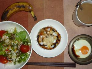 レーズンブレッド,サラダ,目玉焼き,コーヒー,バナナ