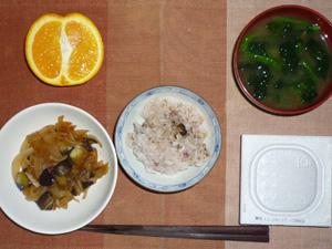 胚芽押麦入り五穀米,納豆,玉ねぎと茄子の炒め物,ほうれん草のおみそ汁,オレンジ