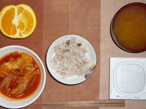 胚芽押麦入り五穀米,納豆,キャベツと玉ねぎのトマトソース煮,ワカメのおみそ汁,オレンジ