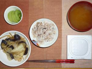 胚芽押麦入り五穀米,納豆,野菜炒め,ワカメのみそ汁,キウイフルーツ