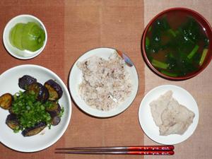 胚芽押麦入り五穀米,豚肉の塩麹煮込み,茄子の炒め物,ほうれん草のおみそ汁,キウイフルーツ