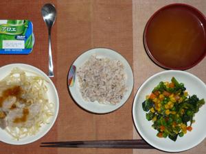 胚芽押麦入り五穀米,蒸しもやしと蒸し豚肉のポン酢ソースかけ,ほうれん草とミックスベジタブルのソテー,ワカメのおみそ汁,ヨーグルト