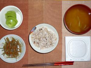 胚芽押麦入り五穀米,納豆,キンピラごぼう,玉ねぎのおみそ汁,キウイフルーツ