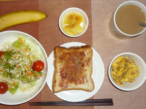 イチゴジャムトースト,サラダ,ひき肉入りスクランブルエッグ,蒸しジャガ,バナナ,コーヒー