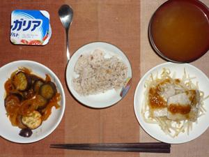 胚芽押麦入り五穀米,茄子と玉ねぎのトマト煮込み,蒸し豚と蒸しもやしのポン酢おろしソース,ワカメのおみそ汁,ヨーグルト