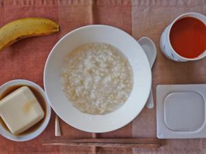 玄米粥,引きわり納豆,温奴,野菜スープ,バナナ
