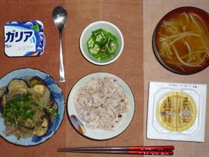 胚芽押麦入り五穀米,納豆,茄子と玉ねぎとひき肉の塩麹炒め,もやしのおみそ汁,オクラのおひたし,ヨーグルト