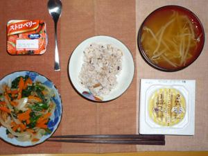 胚芽押麦入り五穀米,納豆,ほうれん草と人参の煮物,もやしのおみそ汁,ヨーグルト