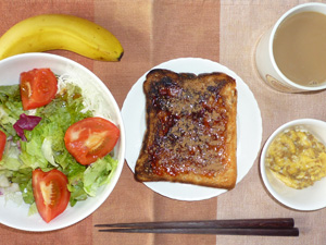イチゴジャムトースト,サラダ,ひき肉入りスクランブルエッグ,バナナ,コーヒー