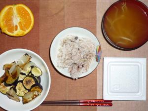 胚芽押麦入り五穀米,納豆,焼き茄子と焼き玉ねぎ,もやしのおみそ汁,オレンジ